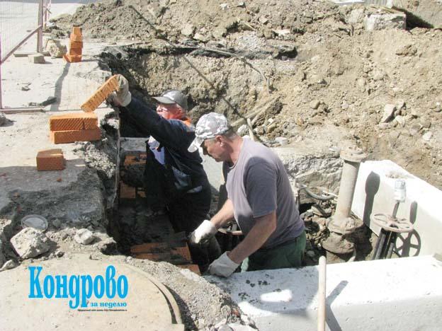 Трубы проложены, сейчас работники ГП «Калугаоблводоканал» выкладывают камеру водовода.