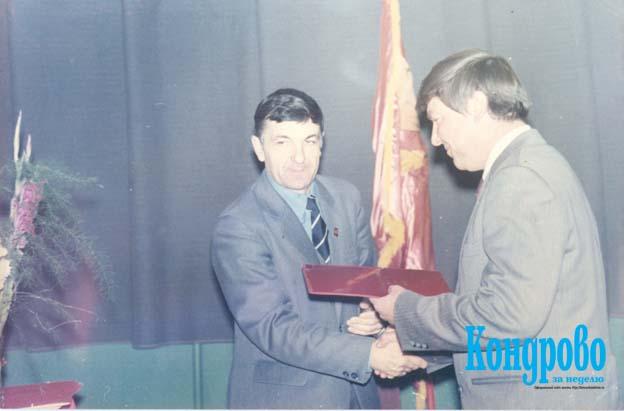 Торжественное мероприятие по случаю 200-летия ТБФ. Е.Г.КАЗАРИНОВ (слева) награждает Ю.Г.ВОЛКОВА, теплотехника фабрики.